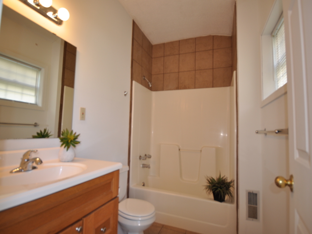 1014 carson 5 bedroom Ball State rental home in muncie bathroom