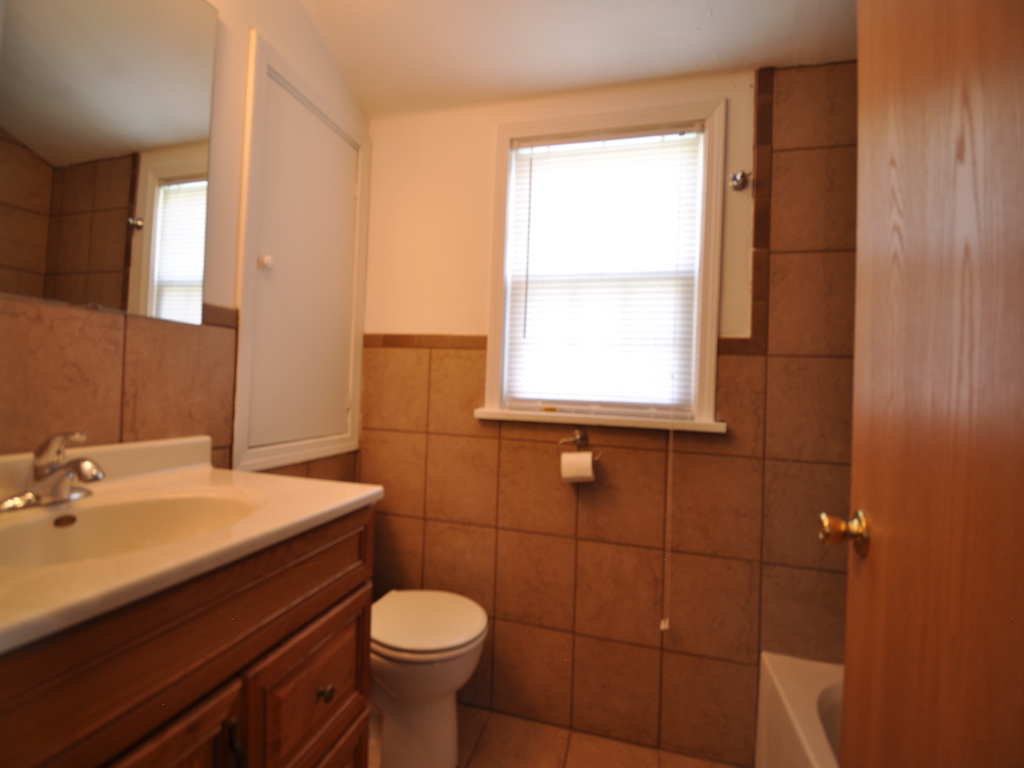 1014 Carson 5 bedroom off campus house in muncie near ball state upstairs bathroom photo
