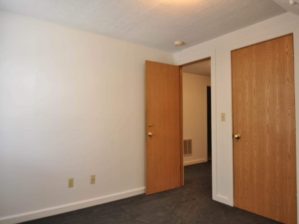 1024 Neely 5 bedroom Ball State student rental house in muncie bedroom photo