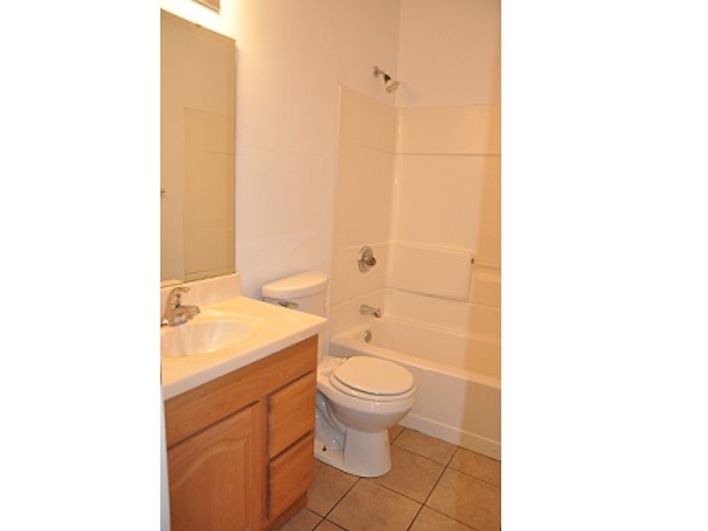 1025 Neely 4 bedroom Ball State rental house in muncie bathroom photo