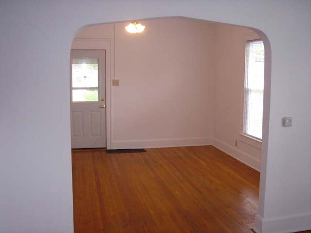 1025 Neely 4 bedroom student rental house near Ball State in muncie living room photo