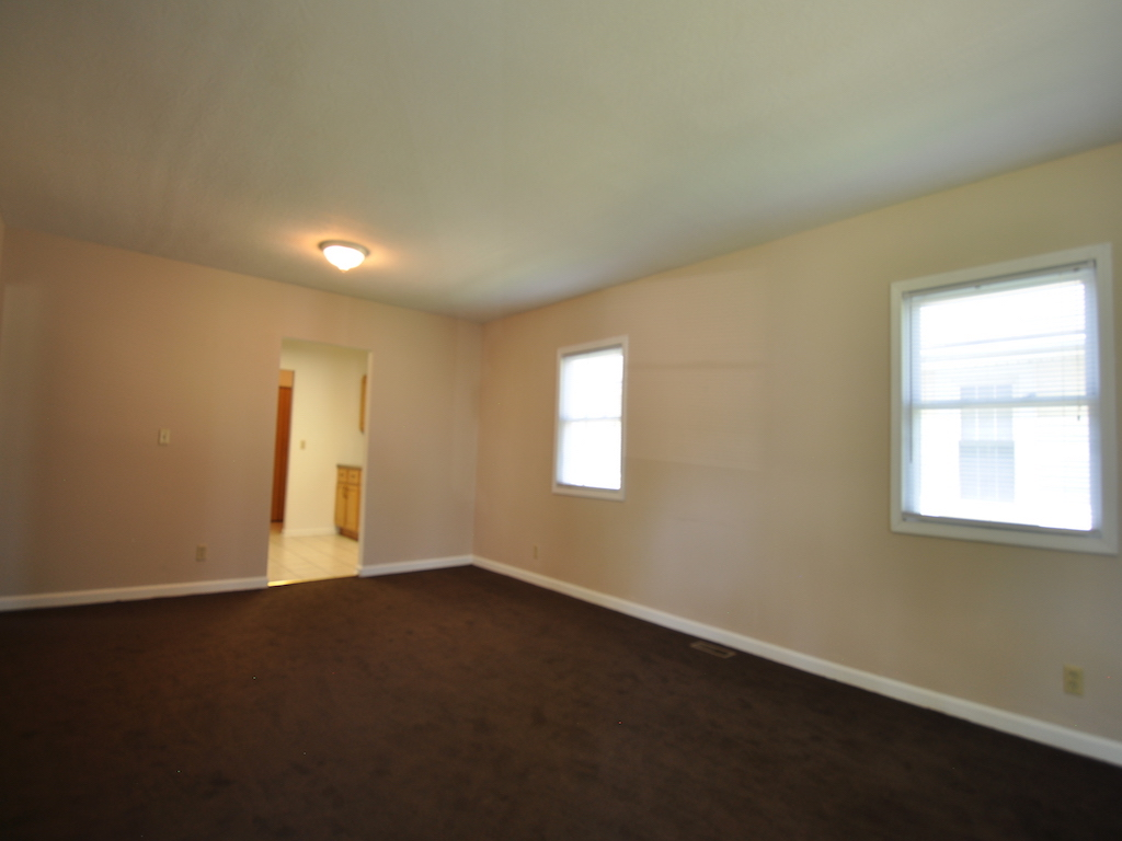 1125 abbott 4 bedroom Ball Stater rental house in muncie living room photo