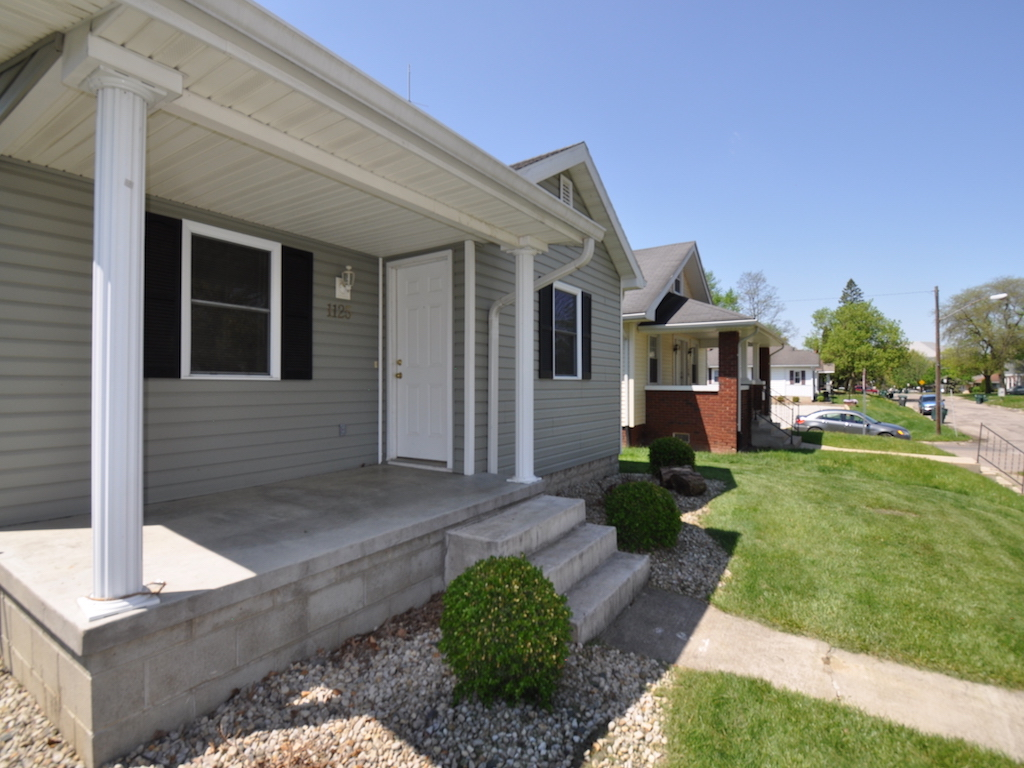 1125 abbott 4 bedroom BSU house for rent in muncie front porch picture