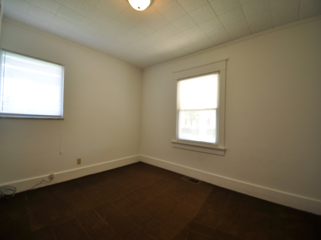 119 Calvert 6 bedroom rental home close to ball state in muncie bedroom photo