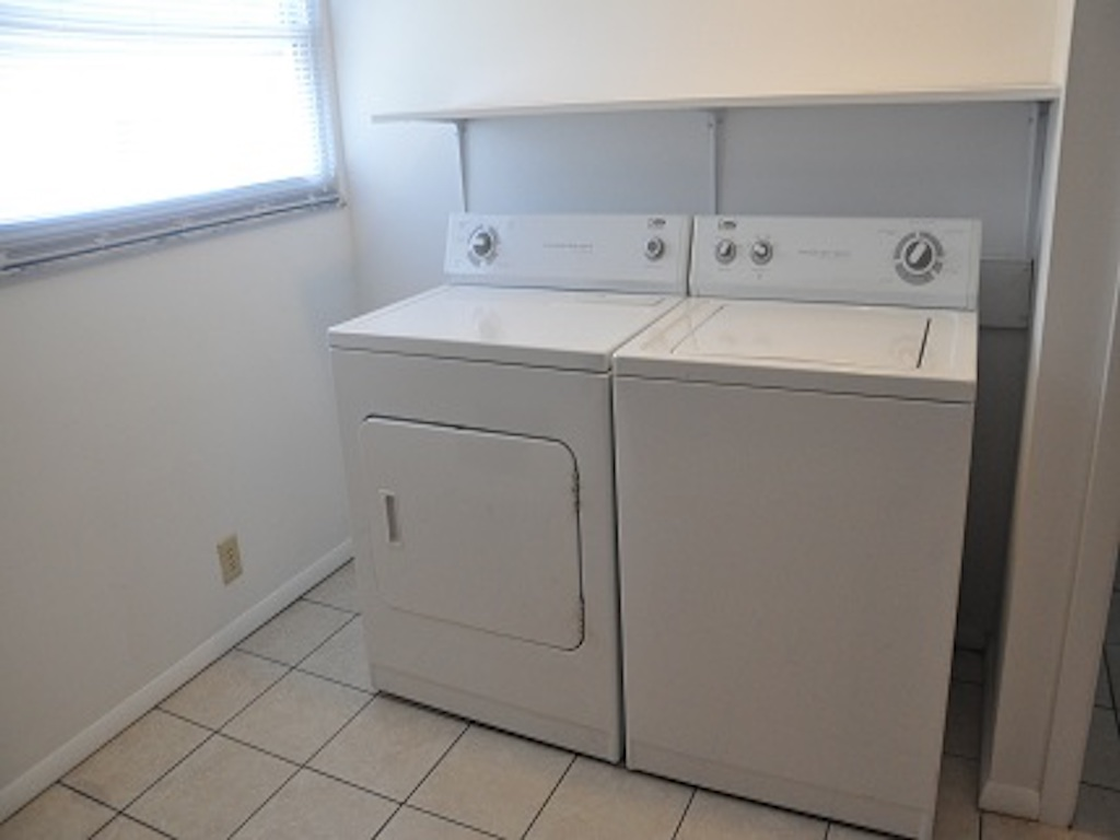 119 Calvert 6 bedroom house for rent near ball state laundry room photo