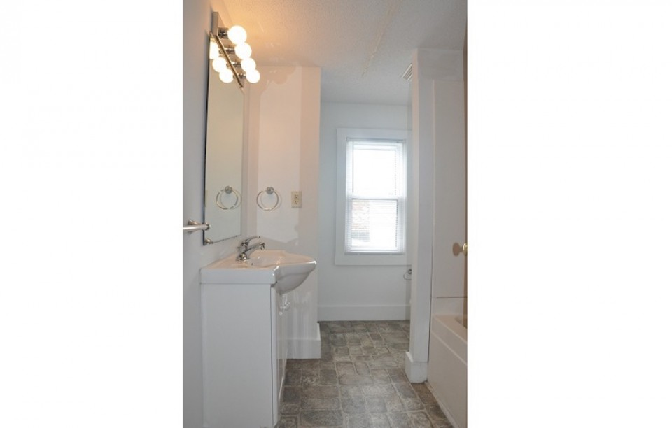 1004 Neely 6 bedroom BSU off campus house for rent in muncie bathroom photo