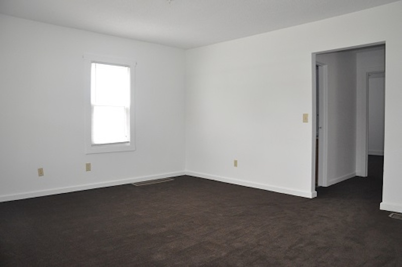 1004 Neely 6 bedroom BSU house for rent in Muncie living room photo