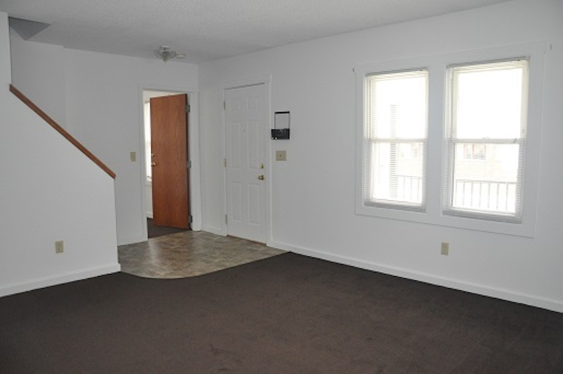 1004 Neely 6 bedroom Ball State rental house in Muncie living room photo