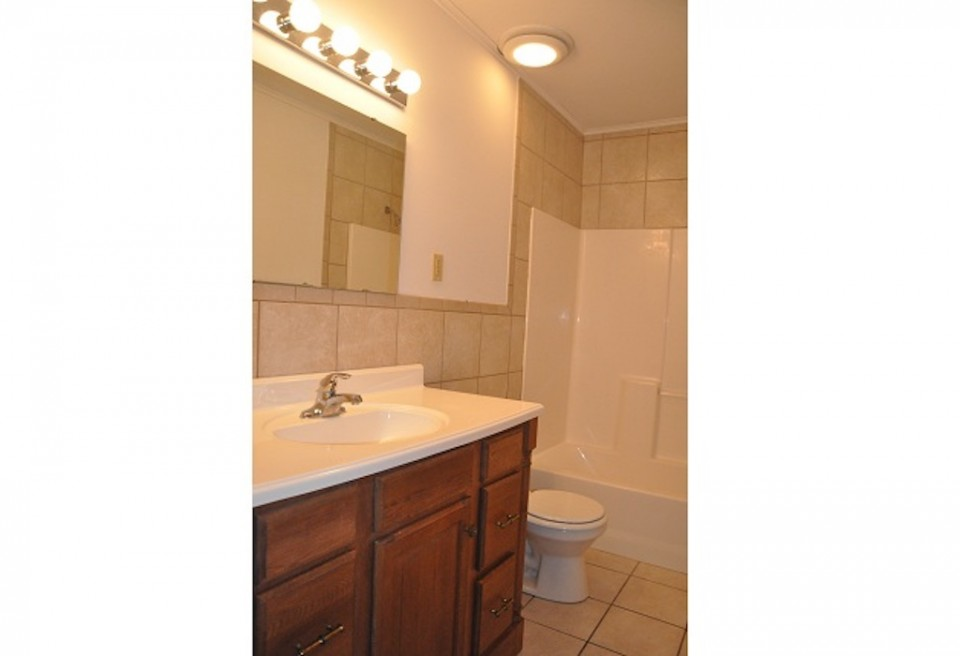 1022 Carson 5 bedroom off campus house near ball state for rent bathroom photo