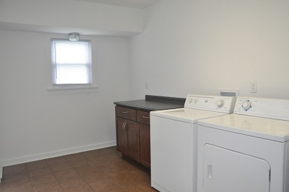 1022 Carson 5 bedroom house on ball state campus for rent laundry photo