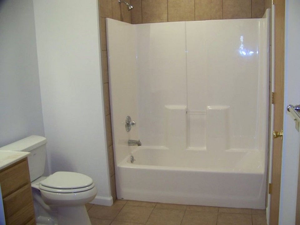 102 McKinley 3 bedroom house for rent near BSU in Muncie bathroom