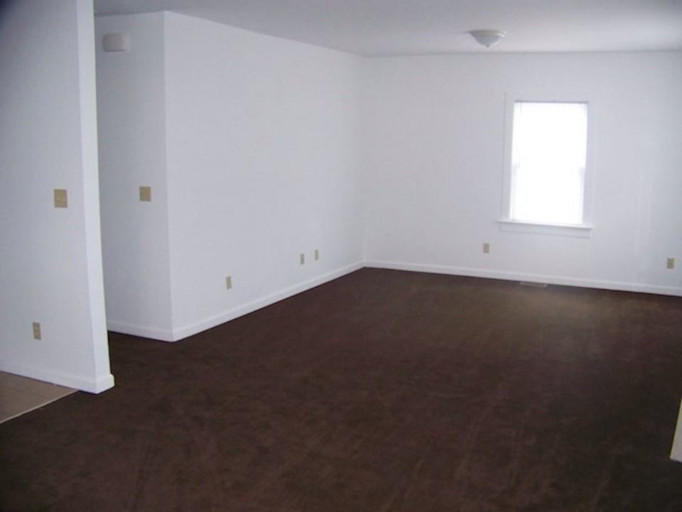 102 McKinley 3 bedroom Ball State rental house living room photo