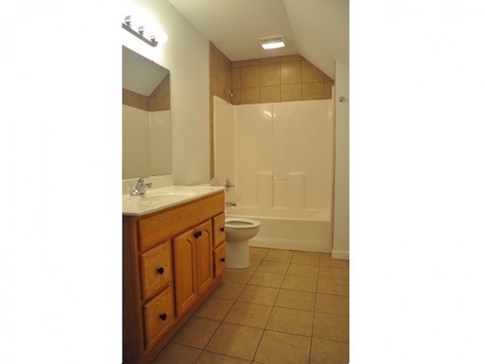 104 McKinley 5 bedroom Ball State rental house bathroom photo