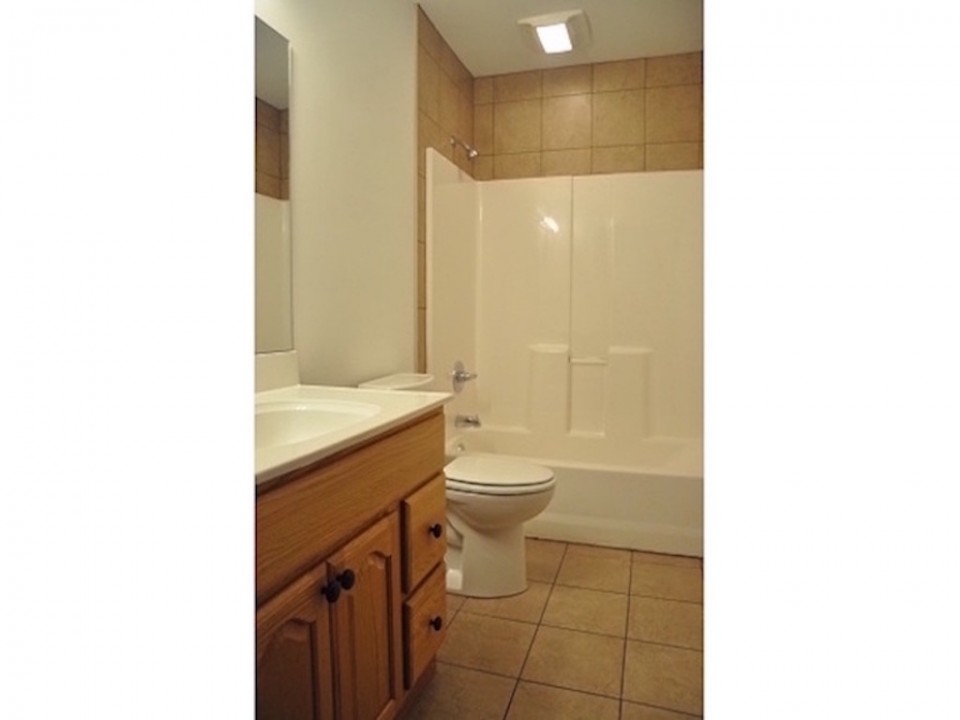 104 McKinley 5 bedroom Ball State rental property bathroom