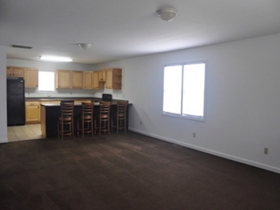 104 McKinley 5 bedroom Ball State rental house in Muncie living room photo