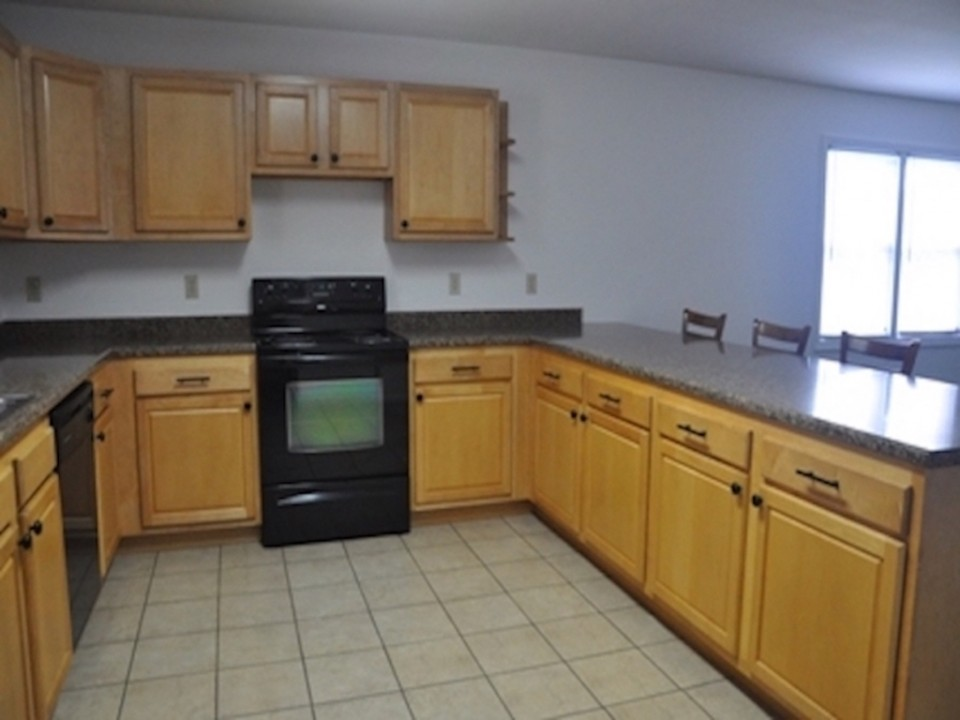 104 McKinley 5 bedroom house for rent near ball state in muncie kitchen photo