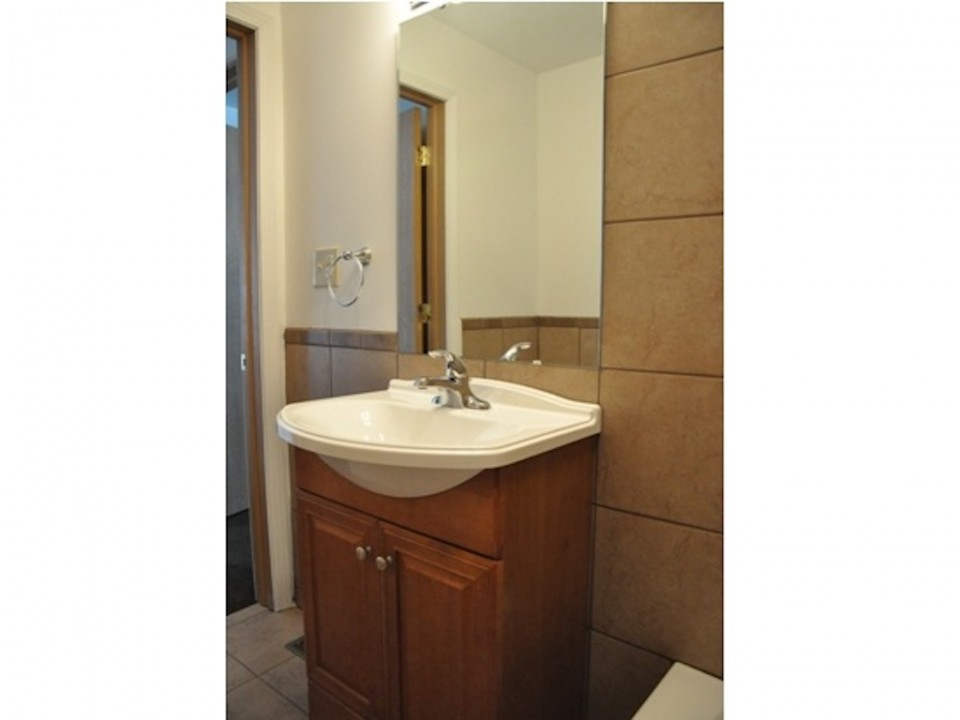 1100 Carson 3 bedroom ball state off campus house in muncie bathroom