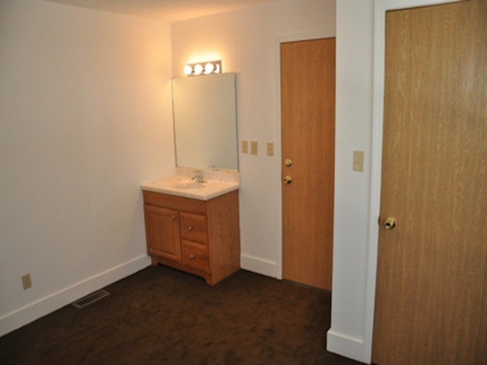 1100 Carson 3 bedroom off campus house for rent near ball state in muncie bedroom photo