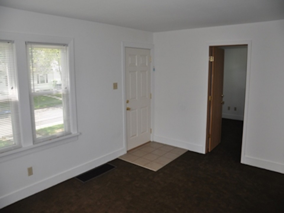 1100 Carson 3 bedroom Ball State rental house in muncie living room photo