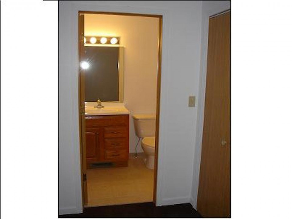 1101 Marsh 4 bedroom BSU rental house in muncie bathroom photo