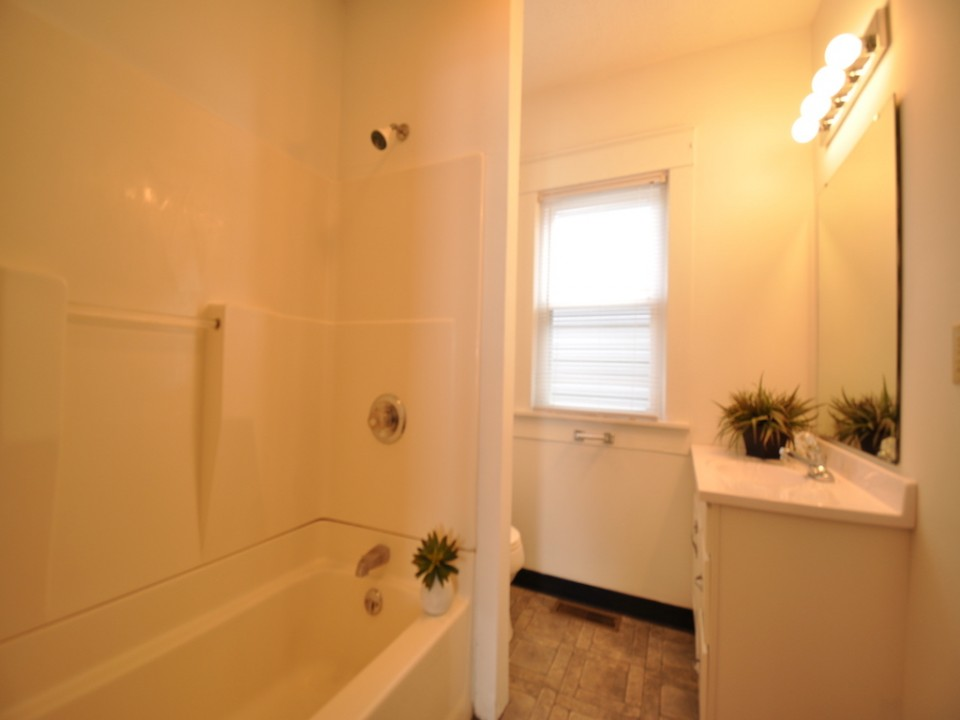 1101 Neely 6 bedroom Ball State rental bathroom photo