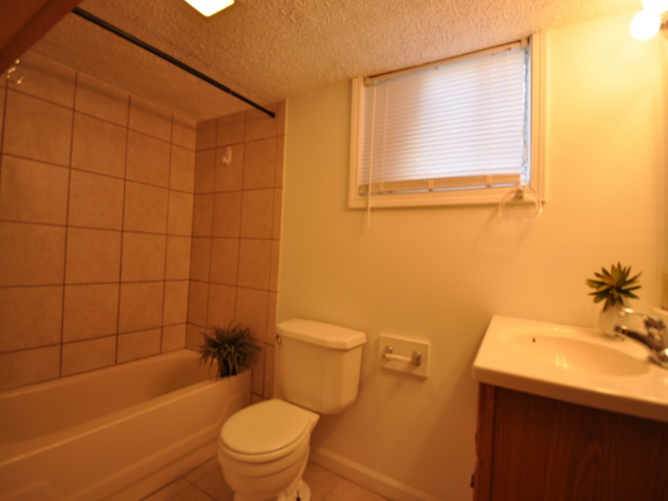 1101 Neely 6 bedroom BSU rental bathroom photo