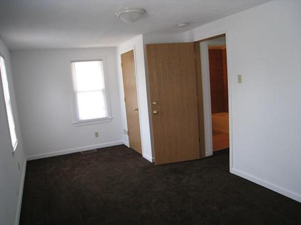 1111 Locust 2 bedroom house for rent near BSU in muncie bedroom photo