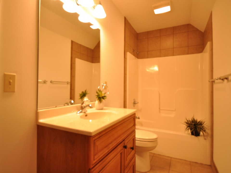 1116 Rex 5 bedroom BSU rental in muncie bathroom photo