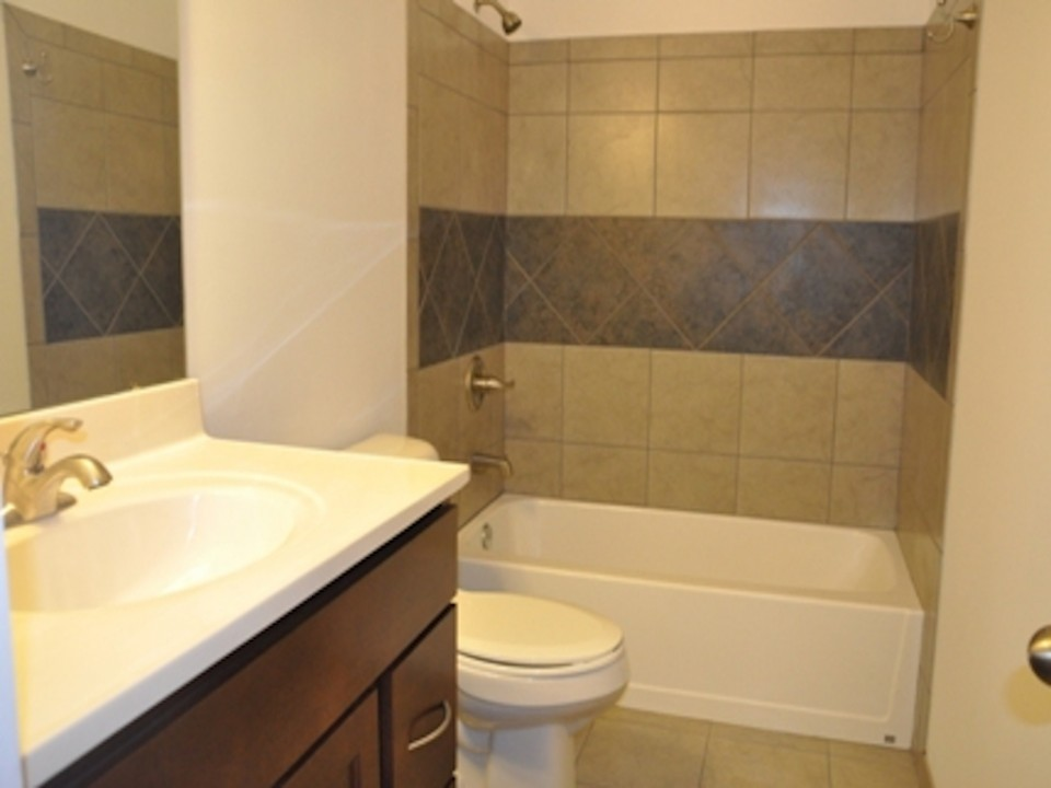 1121 Abbott 5 Bedroom Off-campus house for rent near ball state in muncie bathroom photo
