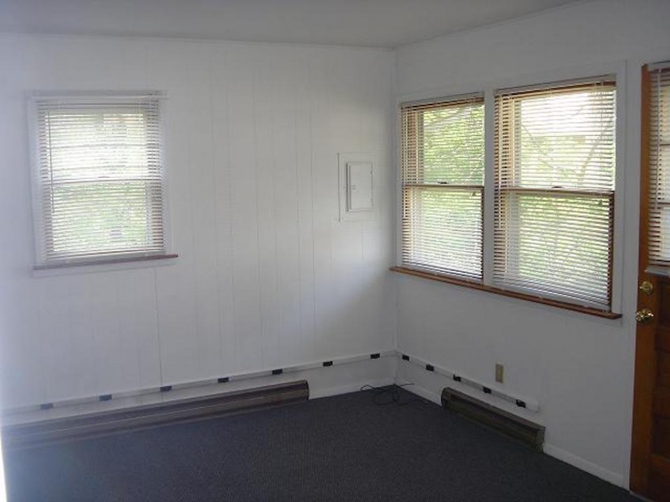1211 1/2 Carson 1-room Efficiency house for rent near Ball State living room photo