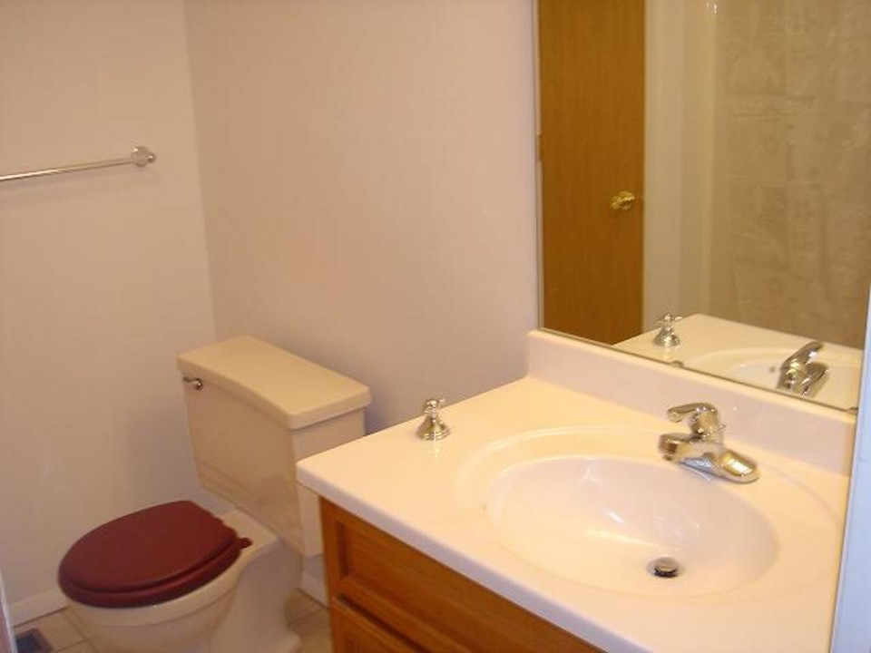 1211 Carson 7 bedroom house for rent near BSU bathroom photo
