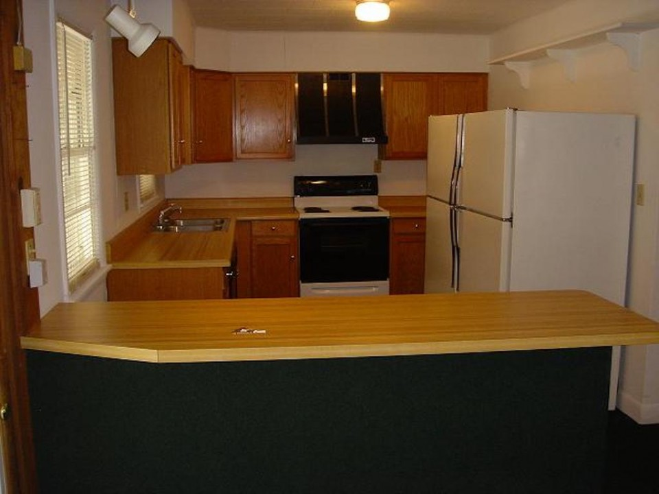 1211 Carson 7 bedroom BSU rental house in muncie kitchen photo