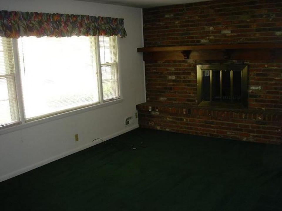 1211 Carson 7 bedroom BSU house for rent in muncie living room photo