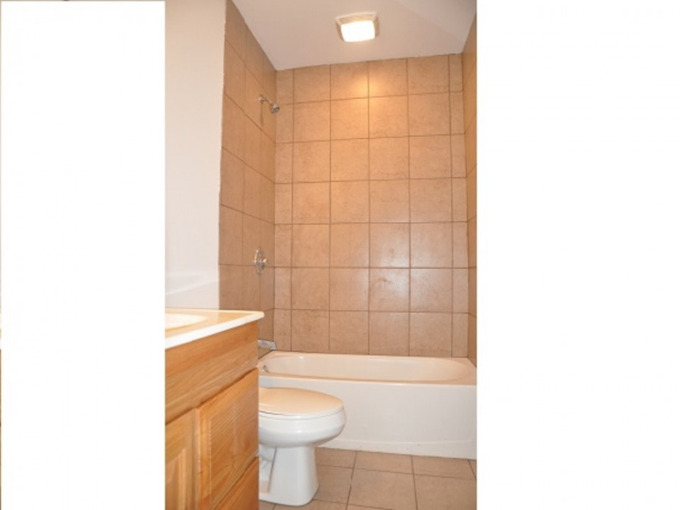 1212 Rex 5 bedroom Ball State off campus house for rent bathroom photo