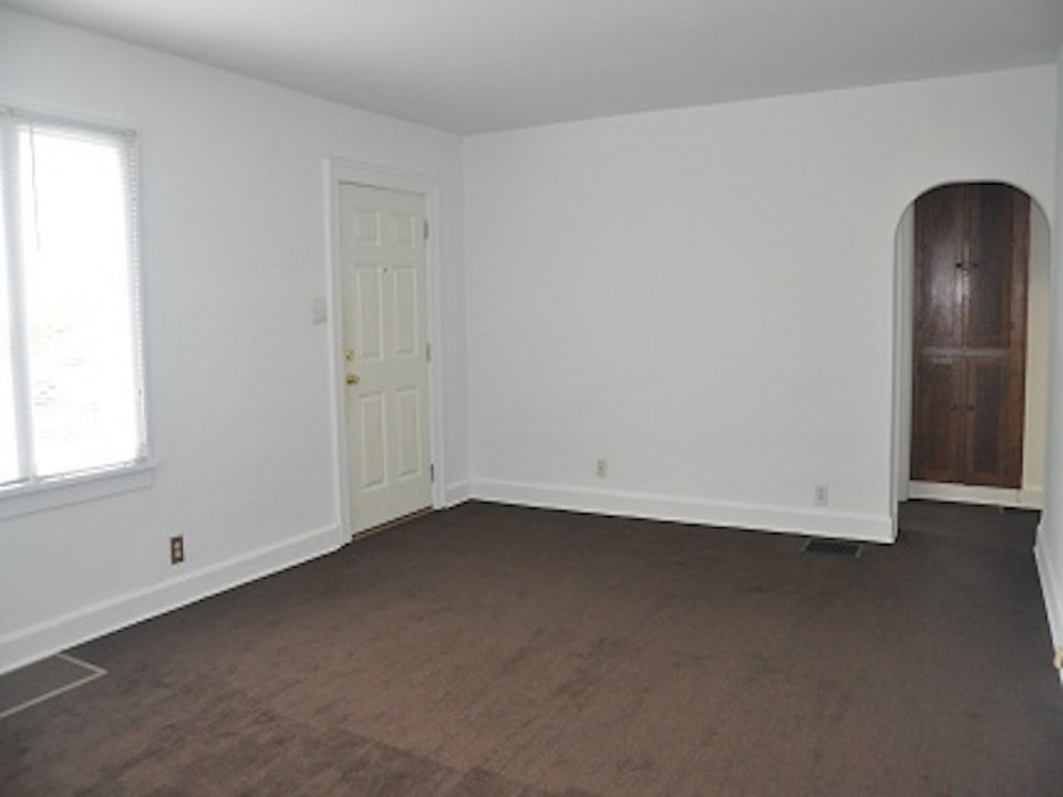 1212 Rex 5 bedroom BSU off-campus house for rent in muncie living room photo