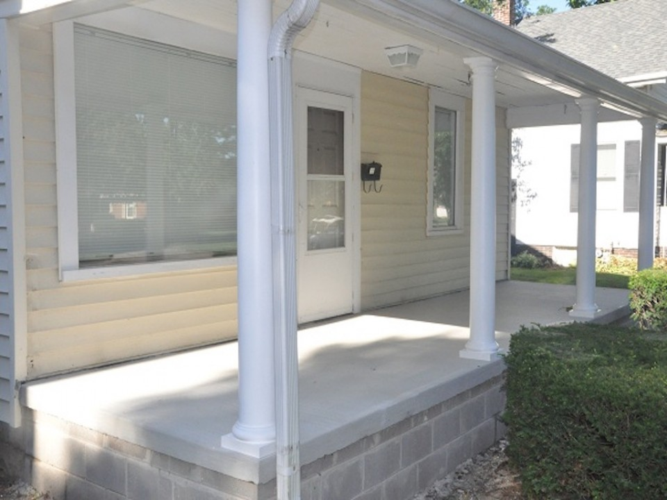 1213 University 3 bedroom BSU house for rent in muncie covered front porch photo