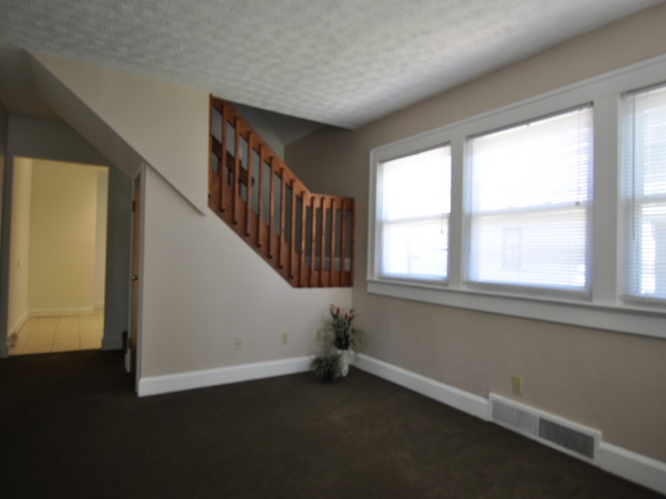 1216 Abbott 4 bedroom bsu house for rent living room photo