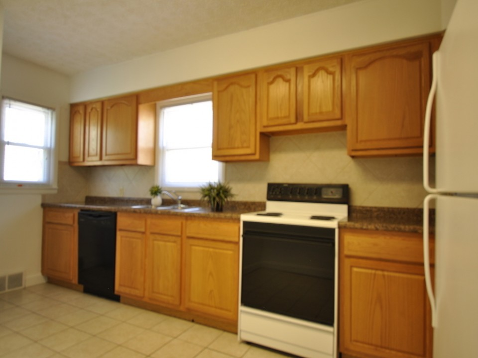 1216 Abbott 4 bedroom house for rent near bsu in muncie kitchen photo
