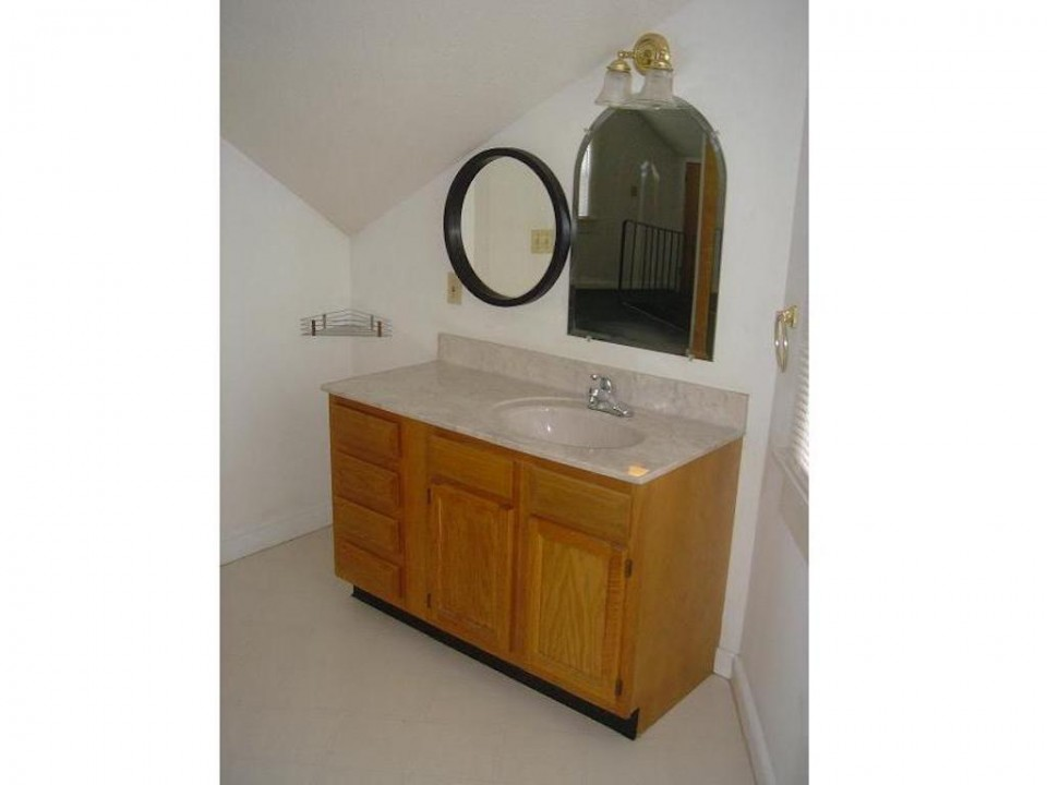1220 Abbott 4 bedroom house for rent near bsu in muncie bathroom photo