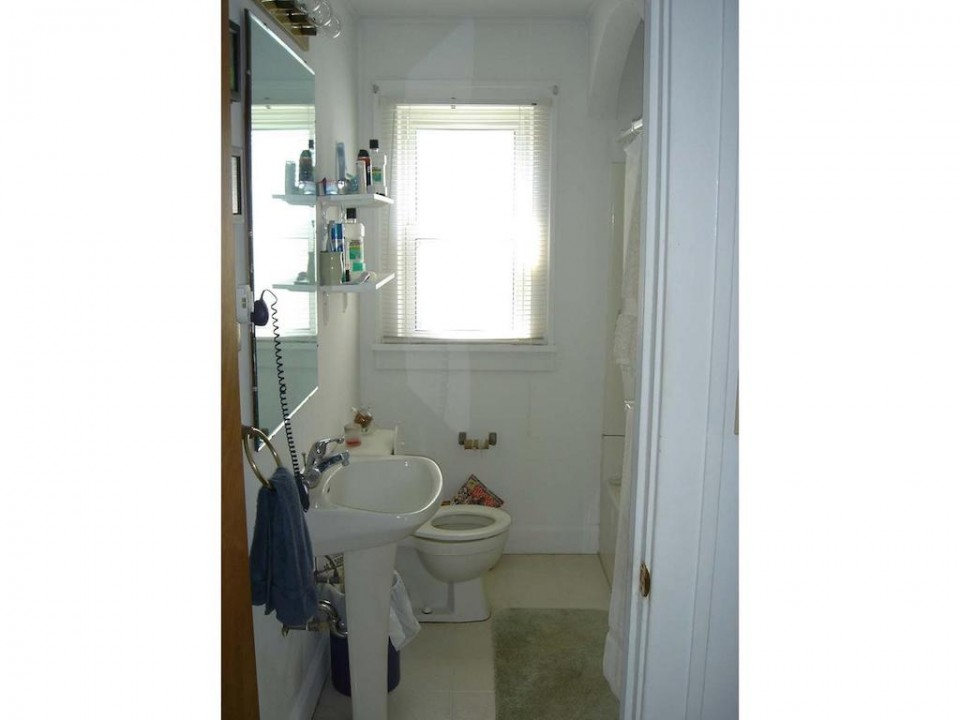 1220 Abbott 4 bedroom ball state rental bathroom photo
