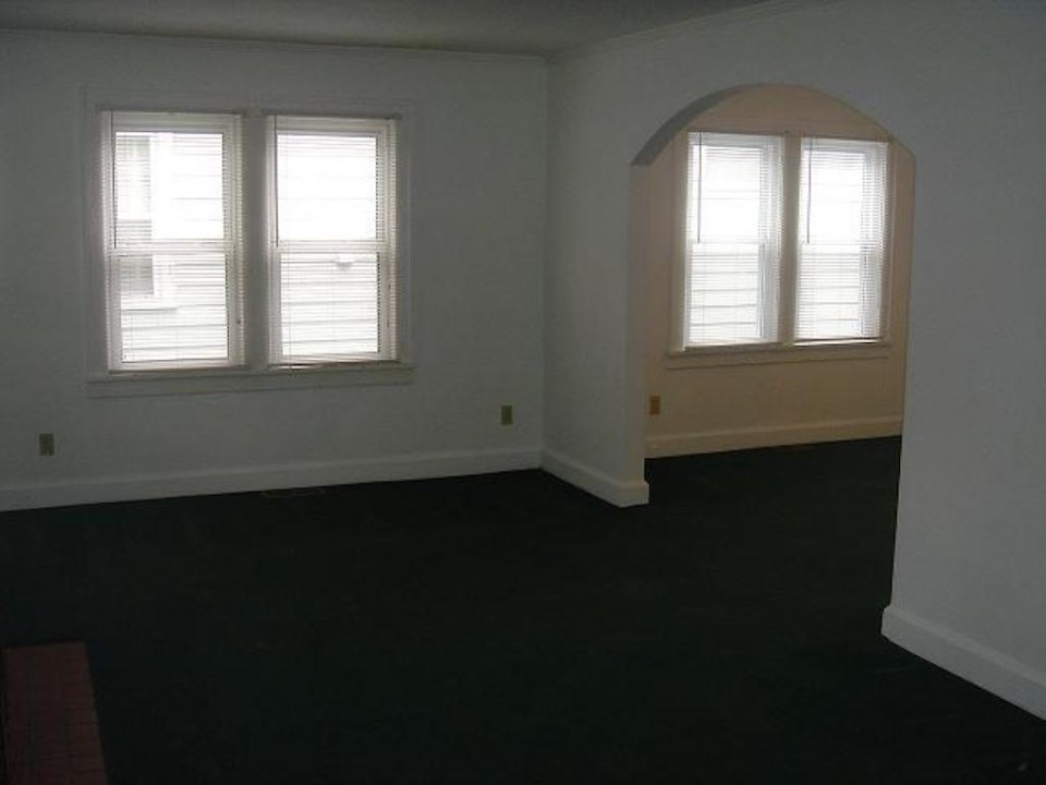 1220 Abbott 4 bedroom BSU house for rent in muncie living room photo