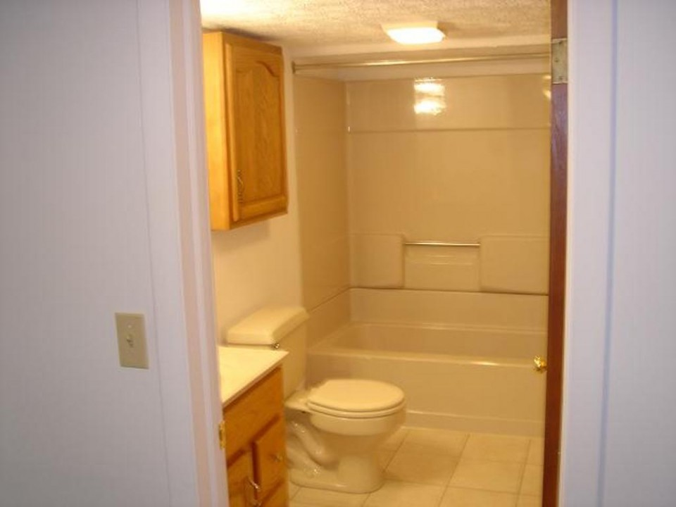 1221 Marsh 4 bedroom house for rent near bsu bathroom photo
