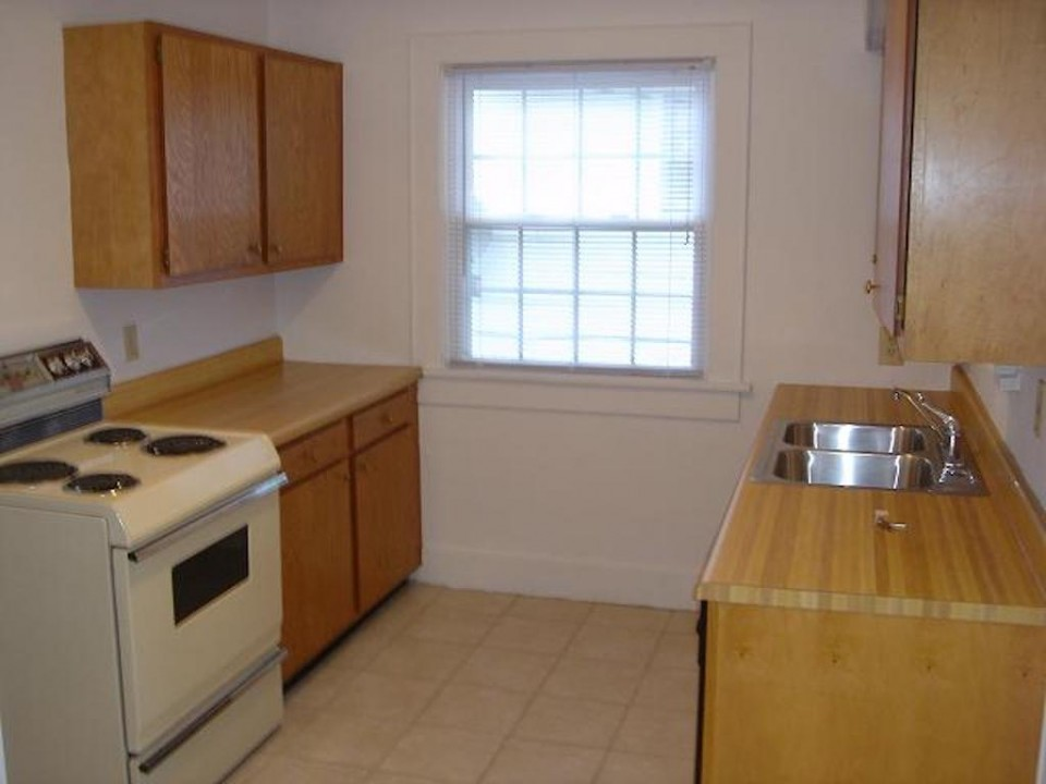 1221 Marsh 4 bedroom house for rent near ball state in muncie kitchen photo