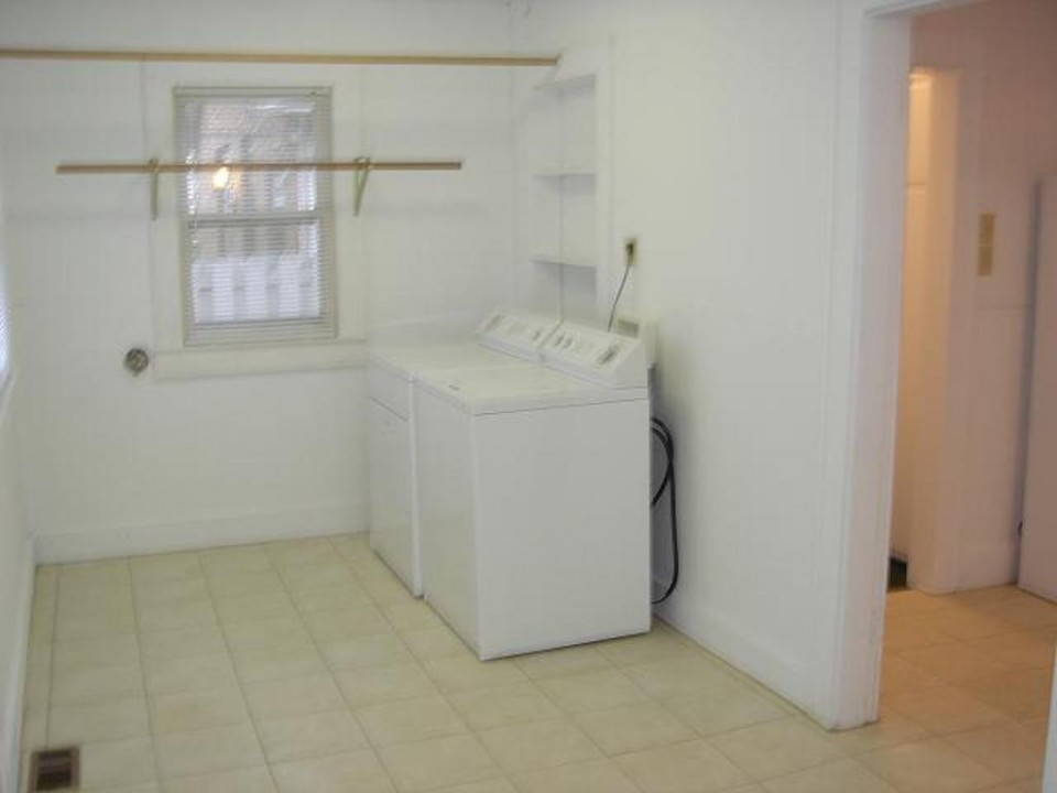 1221 Marsh 4 bedroom Ball State student rental house in muncie laundry room photo