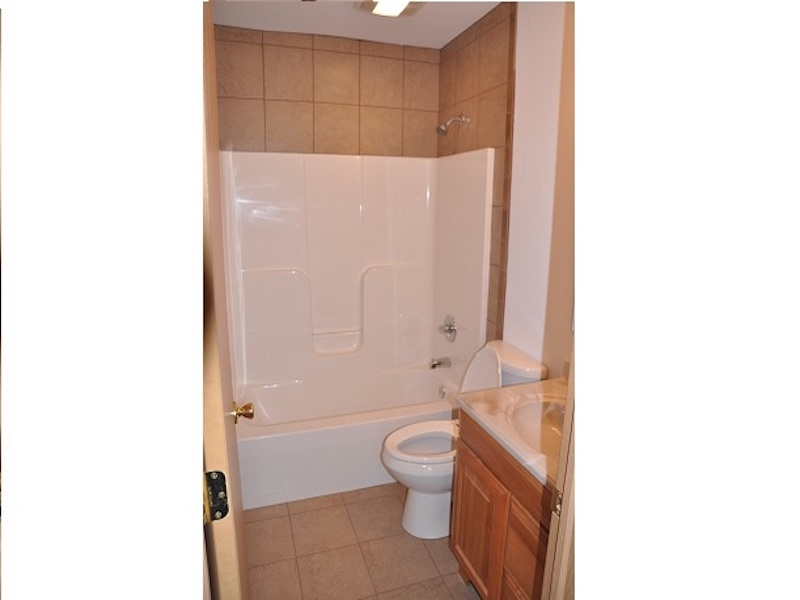124 McKinley 3 bedroom Ball State off campus house for rent bathroom photo