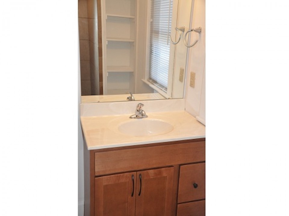 1313 University 6 bedroom Ball State Off-campus house for rent in muncie bathroom photo