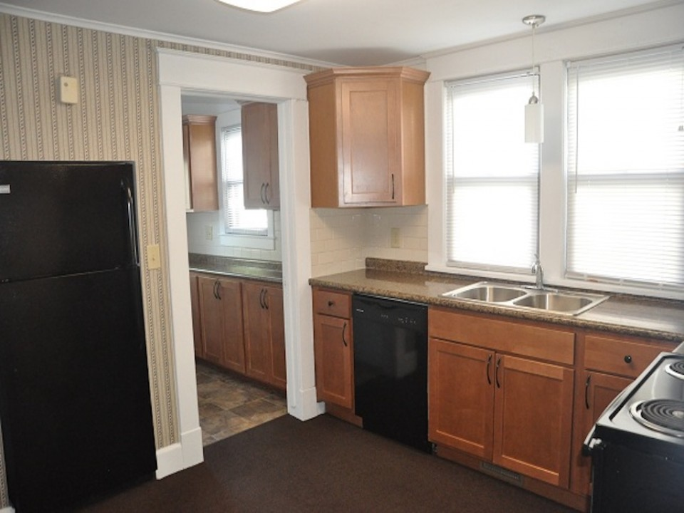 1313 University 6 bedroom BSU rental house in muncie kitchen photo