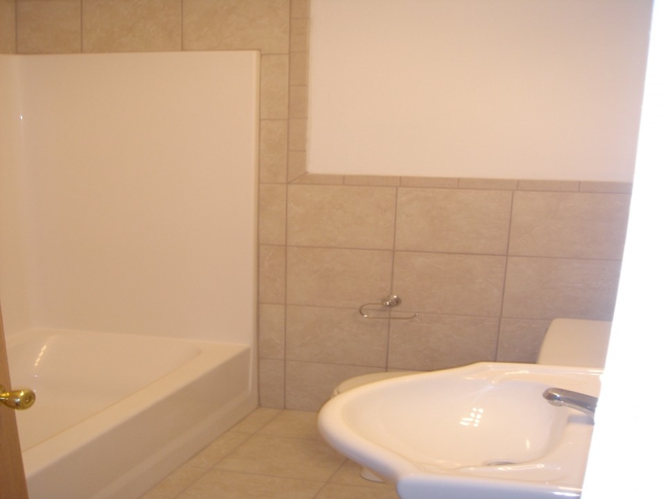 2004 W Main 5 bedroom house for rent near ball state in muncie bathroom photo