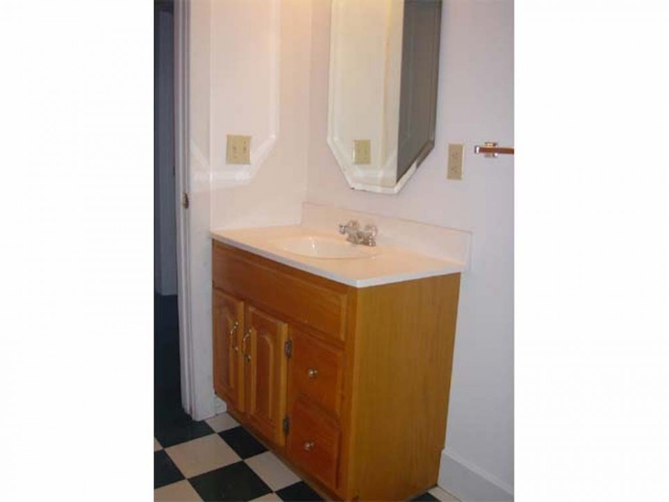 2011 Main 5 bedroom house for rent near Ball State in muncie bathroom photo