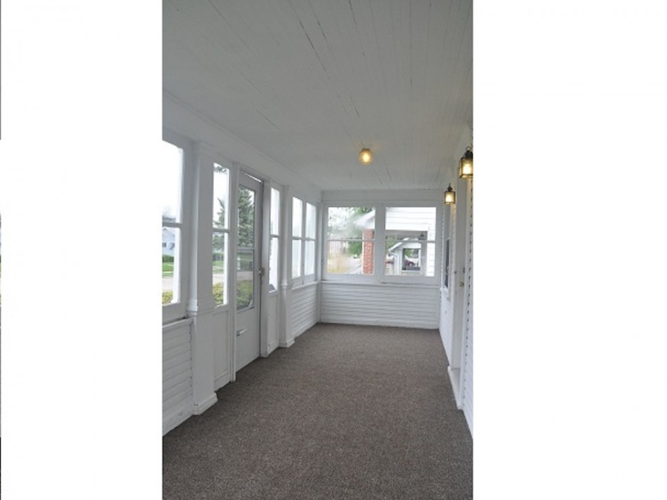 2011 Main 5 bedroom BSU house for rent in muncie front porch photo
